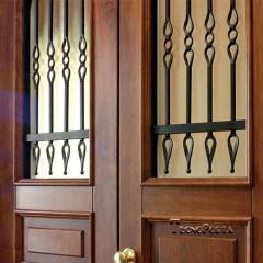 2 meias portas com vidro fosco e grades de segurança pelo exterior
