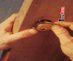 instalação de cilindros em portas de madeira