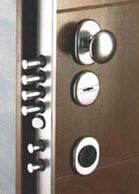 Modelo de porta blindada fabricada nas medidas de 2100x900mm - Isolamento corta-fogo de 30 minutos - Pré aro com 8 unhas de fixação á parede por meio de cimento. - Aro metálico com dobradiças em aço com afinação em altura no respectivo parafuso interior. - Aro pintado em castanho-escuro. - A porta é fabricada com 2 chapas de aço na sua totalidade com excepção dos locais das fixações da fechadura principal e respectivas trancas interiores. - As características gerais são iguais as portas blindadas comuns, tendo de serie o fornecimento de ferragens em alumínio de cor bronze ou aço escovado. - 4 Voltas na fechadura principal - Soleira automática - Tranca superior de 22 mm - Tranca Inferior de 22 mm com dupla engate anti pé de cabra. Opção Corta Fogo 60 e 120 minutos. Revestimentos diversos tipos de painéis  Adaptada para ambientes internos e externos Possibilidade de barra anti pânico. Opção de chaves de pontos.