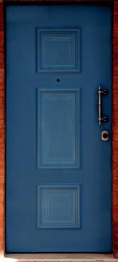 Painel de alumínio modelo T7 é indicado para portas colocadas em ambientes rústicos, tendo por base o acabamento em azul. O painel tem 3 almofadas em forma de quadrado colocadas em forma verticais em toda a verticalidade da porta. De serie é fabricado com as medidas de 2000x900 e disponível para portas direitas e esquerdas. A espessura do painel é de 27 mm sendo rebaixado para um encaixe em portas blindadas com carnaturas com cerca de 6 mm. Painel recomendado para portas blindadas Portrisa