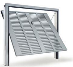 Portão fabricado em aço galvanizado com grelha de passagem de ar na Totalidade