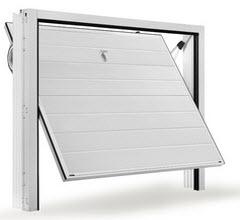 Portão fabricado em aço galvanizado com acabamento a imitar uma porta seccionada em branco