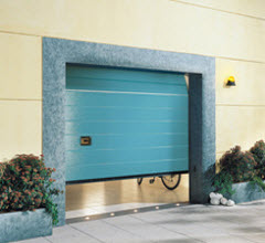 Portão Seccionada com acabamento lacado a cor azul