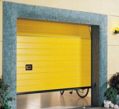 Portão Seccionado com painel as ricas lacado em amarelo