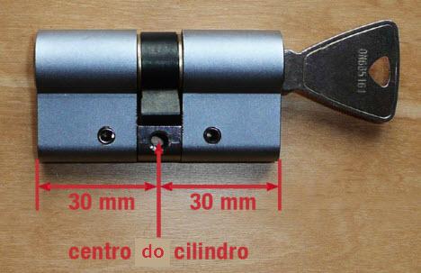 Quando tiver o cilindro da fechadura de perfil para si , tire o centro pelo parafuso de fixação ao meio. Tenha atenção ao lado que fica para o exterior e interior da porta. Muitas vezes os cilindros são com medidas descentradas.