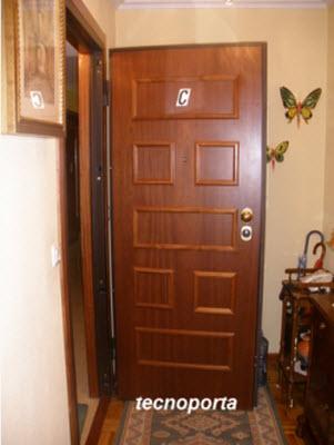 porta blindada dierre modelo at4 com painel exterior em mogno e 7 almofadas em bites