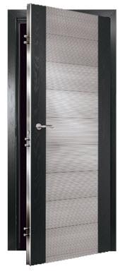 Porta interior blindada fabricada por medida com carnatura em inox e painel de revestimento em wengue e pinho. aro em wengue