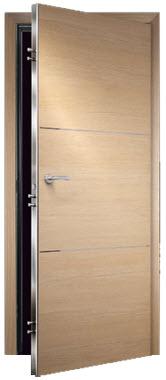 Porta Blindada para interiores de casa, sendo ao aro revestido com madeira igual a porta em faia. fechadura de segurança com carnatura em inox