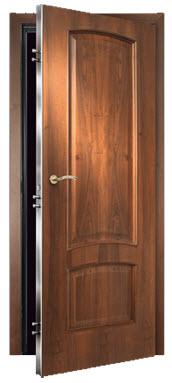 Porta interior blindada com acabamento em cerejeira e painéis com 2 almofadas maciças