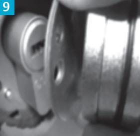 verifique a correcta montagem do espelho exterior, caso o perno que esta em destaque na imagem esteja solto, tenha cuidado!!!! o sistema de bloqueio interno pode activar a segurança que esta instalada na fechadura.
